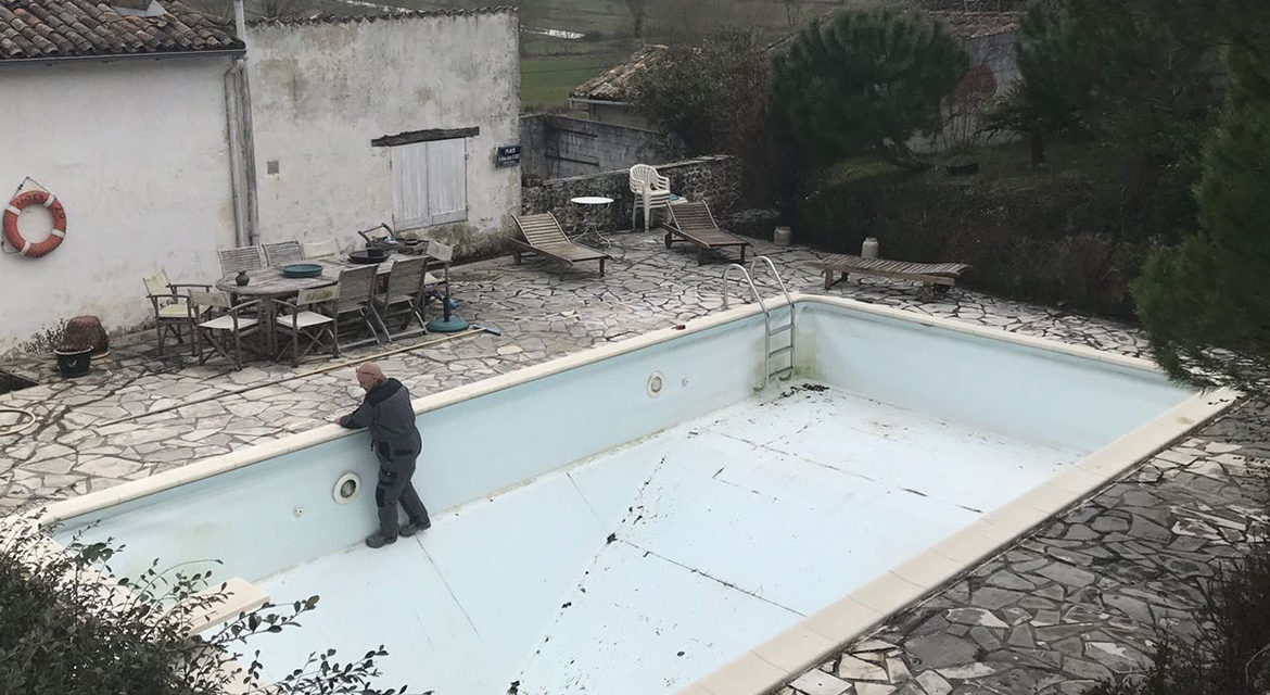 In Saint-Thomas-de-Conac, the team of Piscines No Stress prepares and takes measurements before replacing the liner of a swimming pool.