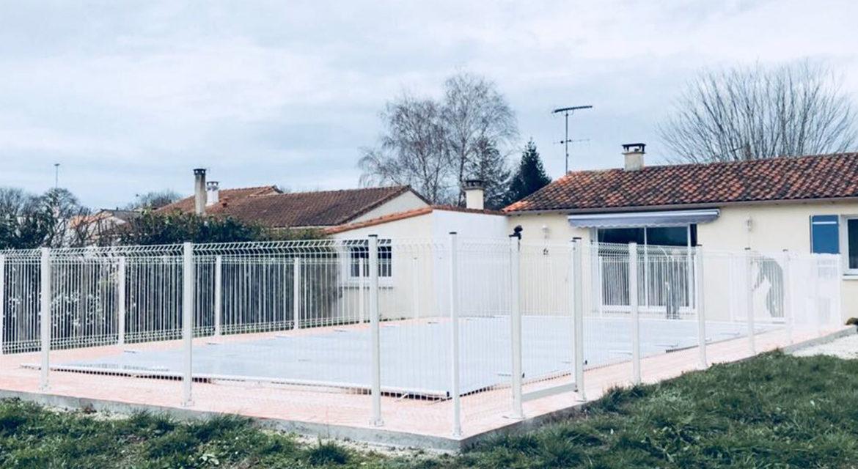 A Médis (17) près de Saujon et Royan, Piscines No Stress a posé une clôture de sécurité autour d'une piscine.