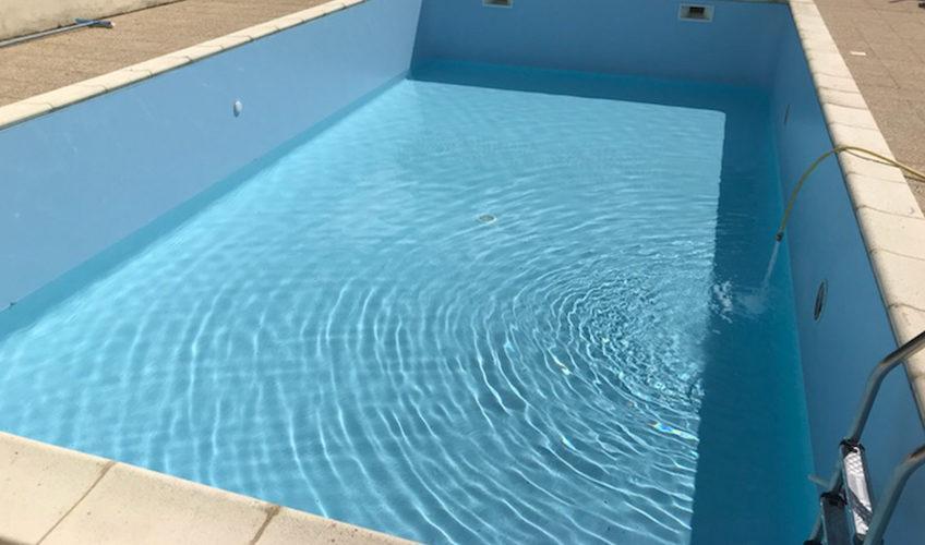 Rénovation d'une piscine à Montpellier de Médillan entre Royan et Saintes. Remplissage du bassin