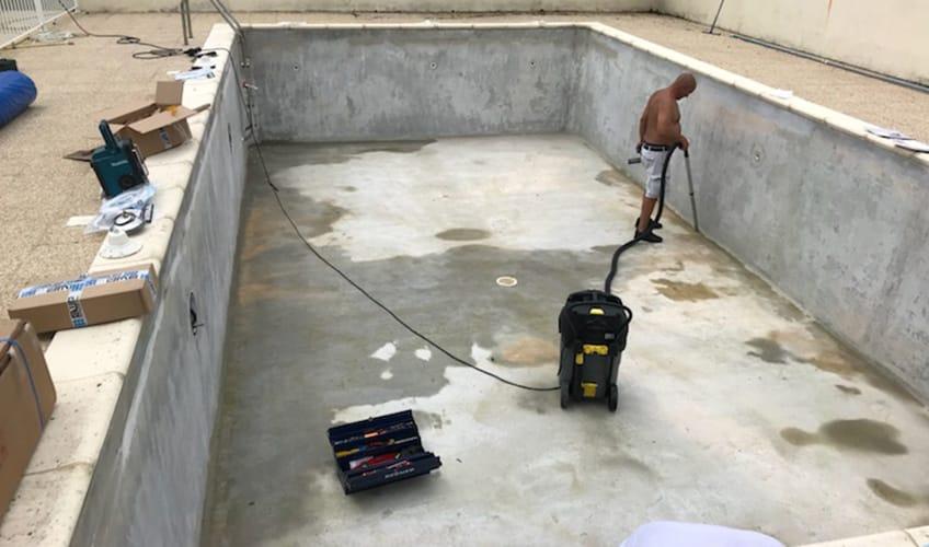 Rénovation d'une piscine à Montpellier de Médillan entre Royan et Saintes. Nettoyage du bassin