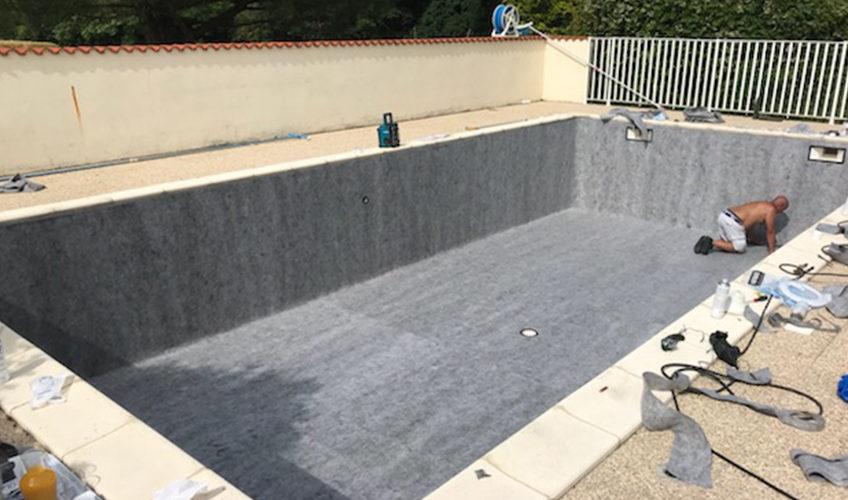 Rénovation d'une piscine à Montpellier de Médillan entre Royan et Saintes. Pose de la feutrine sur le bassin
