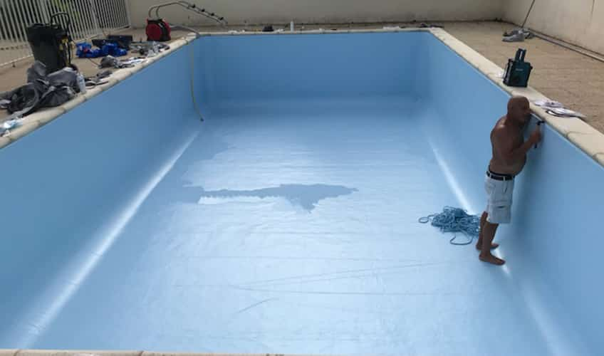 Rénovation d'une piscine à Montpellier de Médillan entre Royan et Saintes. Remplacement et pose du liner.