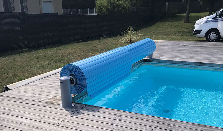 Roller shutter installation for swimming pools