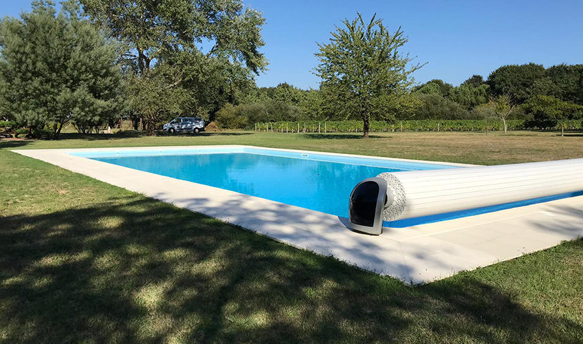 The team of No Stress Pools offers and installs roller shutters with manual or mechanical winding.